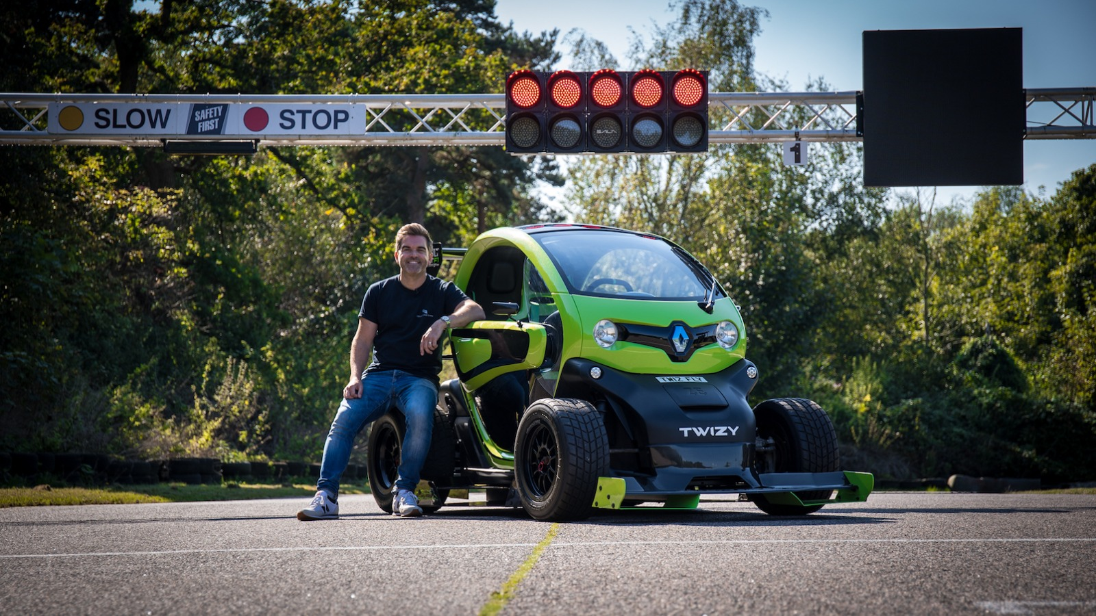 RACING A 2012 RENAULT TWIZY F1 - BY OAKLEY DESIGN